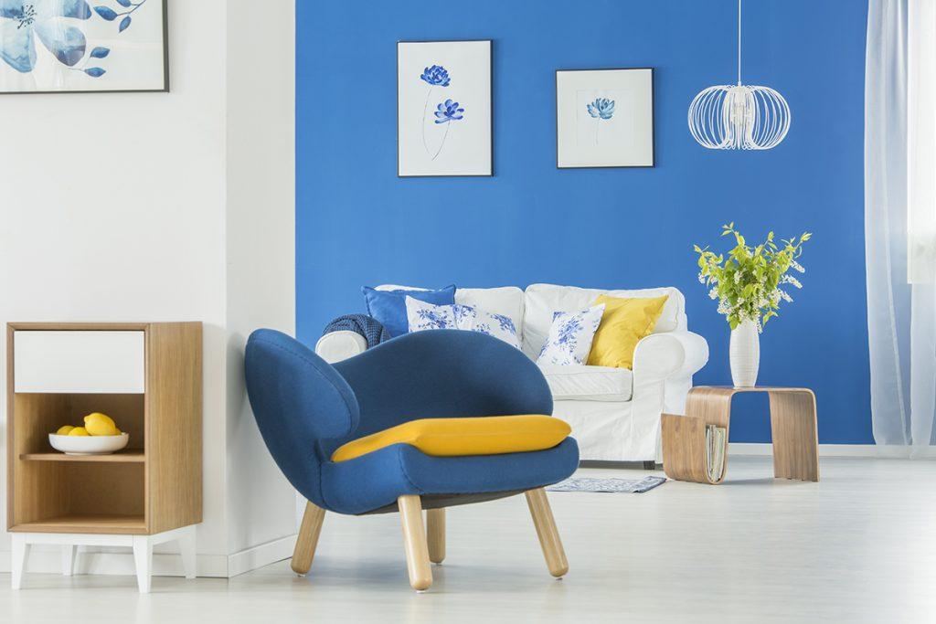 plavi-boravak-žuti-detalji-domnakvadrat