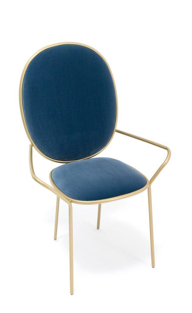 plavi-stolac-sa-zlatnim-nika-zupanc-domnakvadrat