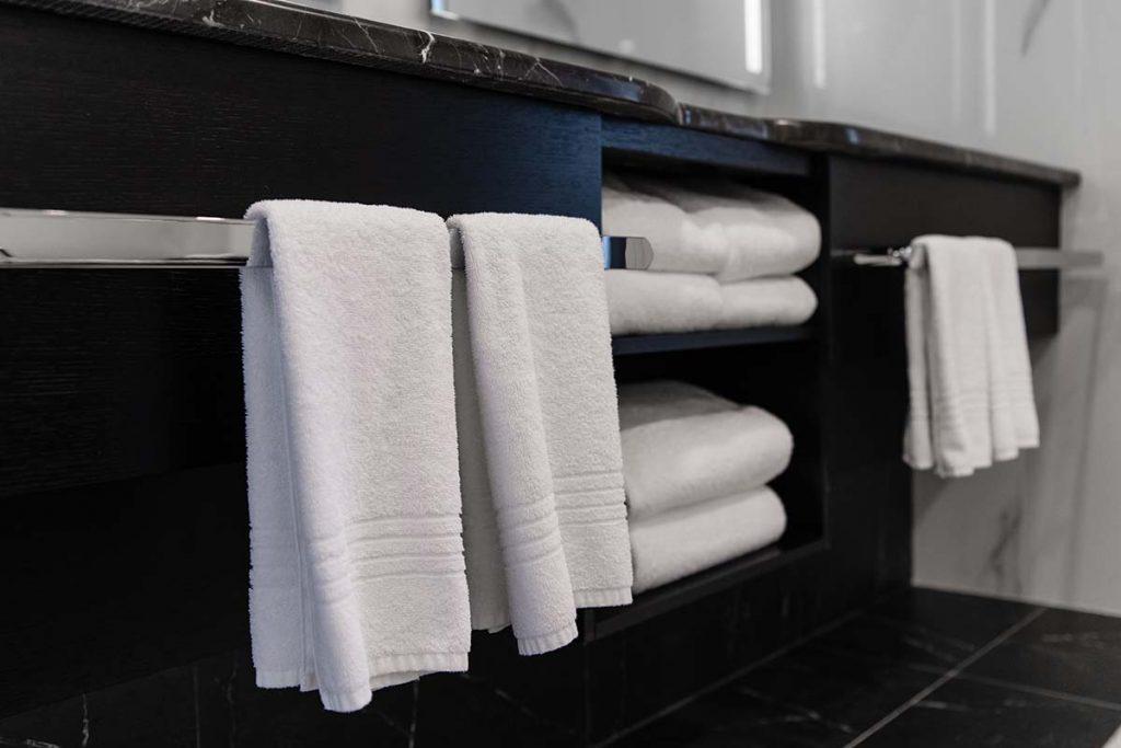 držač-za-ručnike-na-ormariću-domnakvadrat