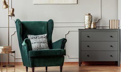 siva-komoda-zelena-baršunasta-fotelja-domnakvadrat