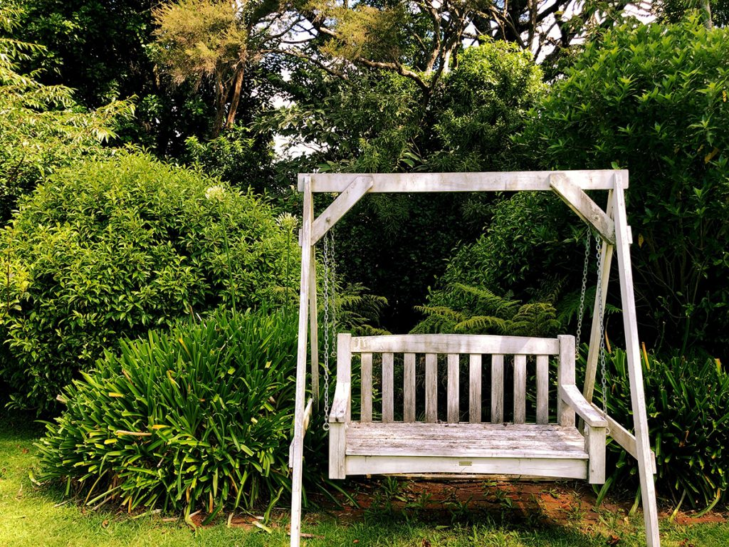 vrtna-ljuljačka-bijela-drvena-domnakvadrat