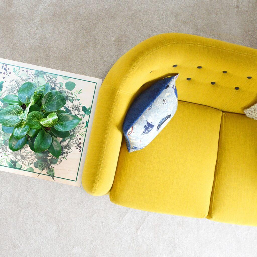 stolić-za-zalijevanje-žuti-kauč-domnakvadrat