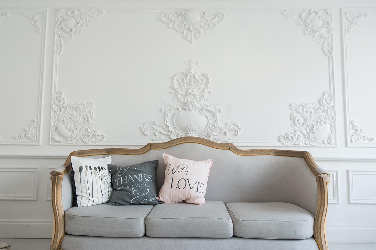 ukrasna-štukatura-na-zidu-sofa-domnakvadrat