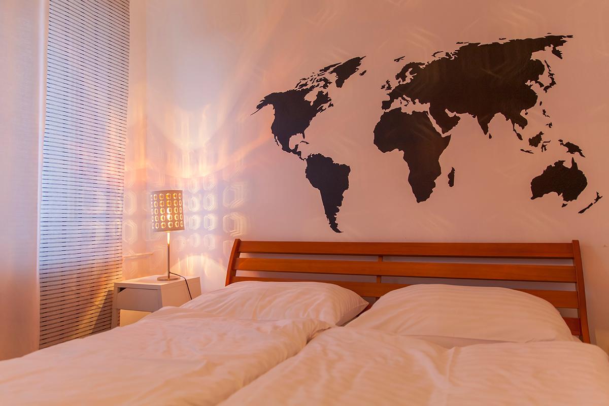 spavaća-soba-geografska-karta-kao-dekoracija-domnakvadrat