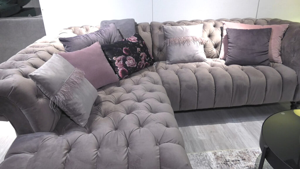 baršunasta-siva-sofa-dekorativni-jastuci-domnakvadrat