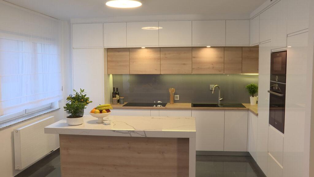 bijelo-drvena-kuhinja-mramor-otok-stan-petrova-domnakvadrat