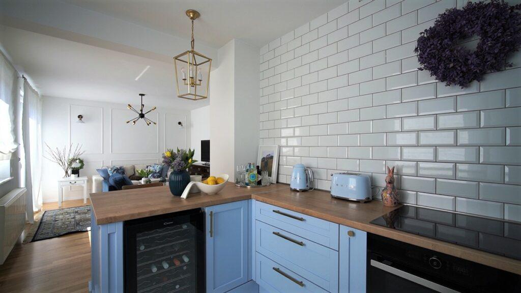 plava-kuhinja-radna-ploča-stan-domnakvadrat