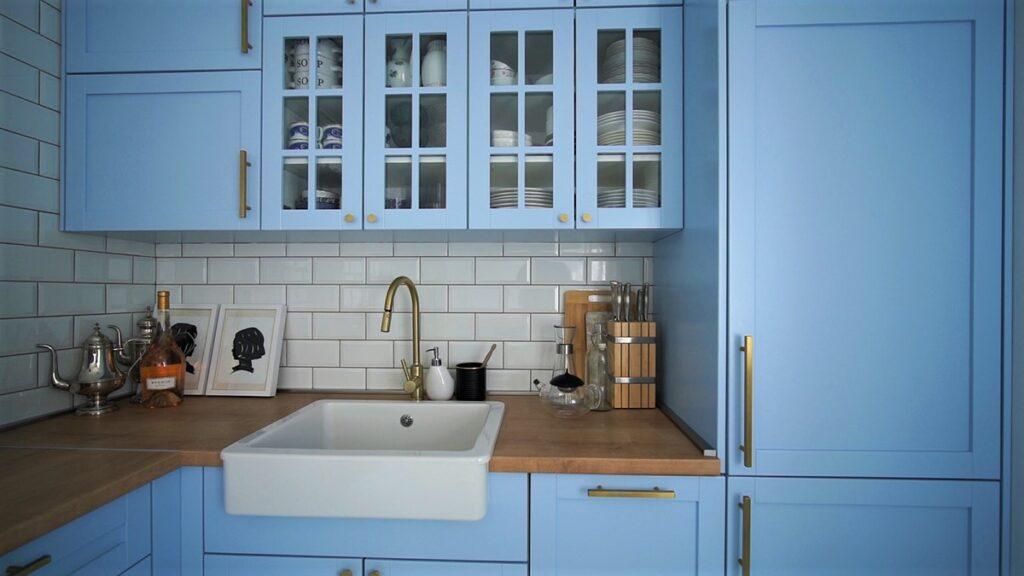 plava-kuhinja-elementi-zlatni-detalji-stan-domnakvadrat