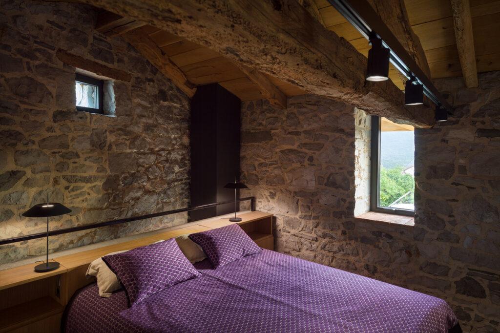 kamena-kuća-spavaća-soba-slovenija-domnakvadrat