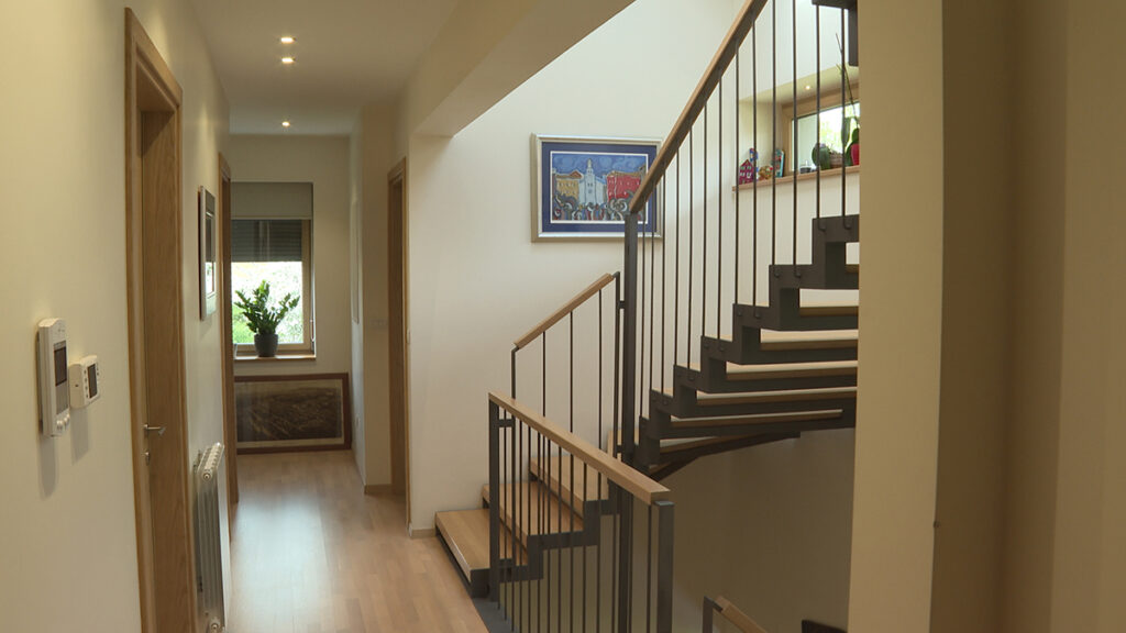 hodnik-stepenice-kuća-cvjetno-domnakvadrat