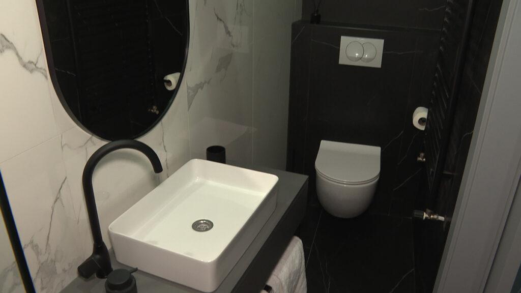 kupaonica-tamno-bijela-kombinacija-apartmani-domnakvadrat
