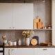 bijela-kuhinja-rustikalni-stil-cvijeće-domnakvadrat