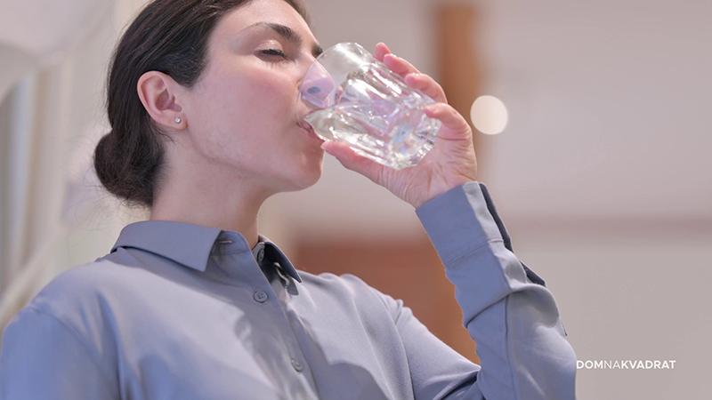 pije vodu stock
