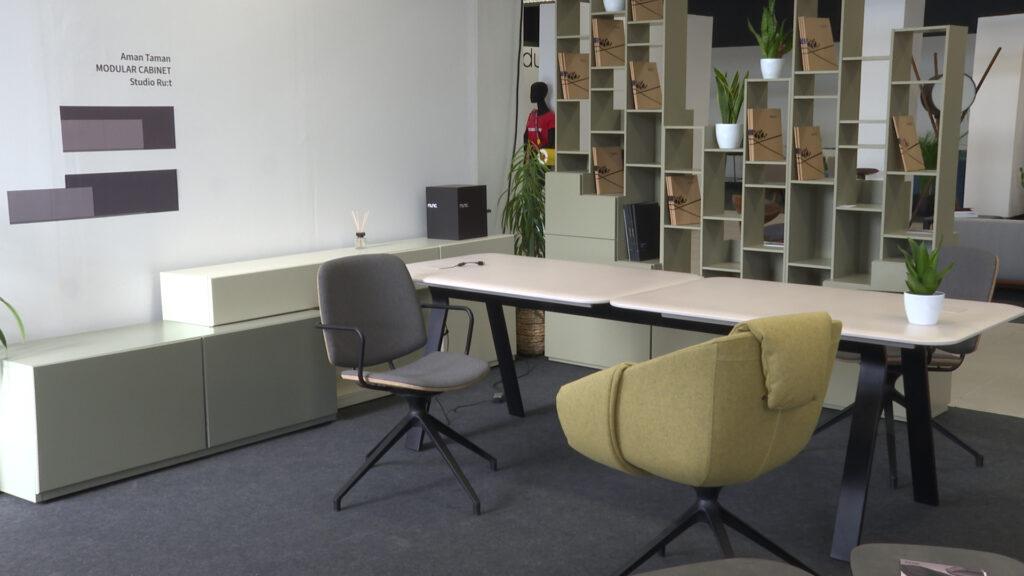 multifunkcionalni namještaj stol stolice polica