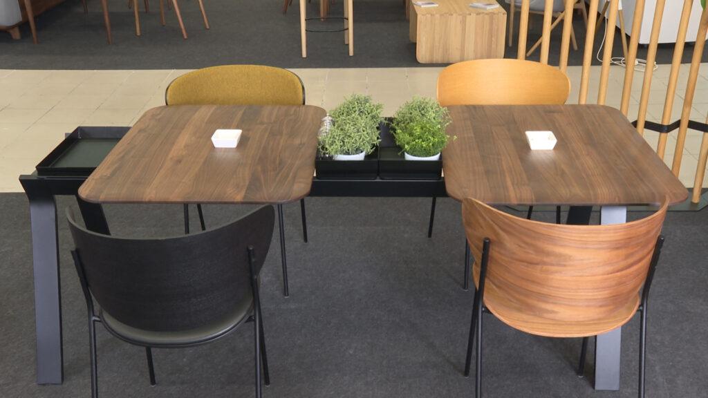namještaj zaobljenih linija stol stolice drvo željezo