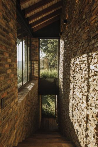 stepenice-kameni-zid-kuća-kolumbija-domnakvadrat