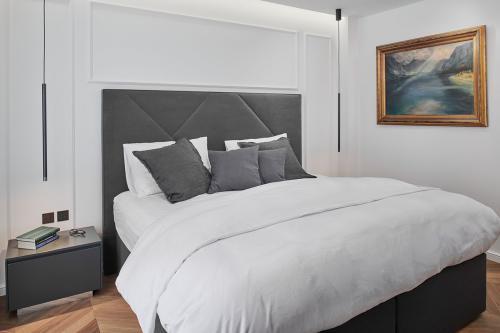 spavaća-soba-krevet-slika-štukature-stan-dežmanova-domnakvadrat
