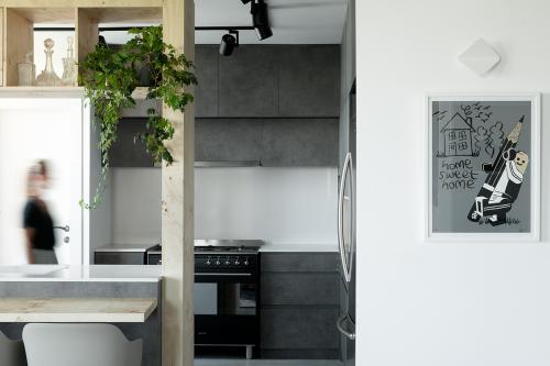 kuhinja-beton-tamni-stan-telaviv-domnakvadrat