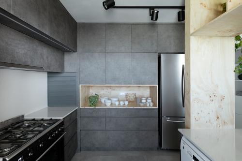 kuhinja-crni-beton-stan-telaviv-domnakvadrat