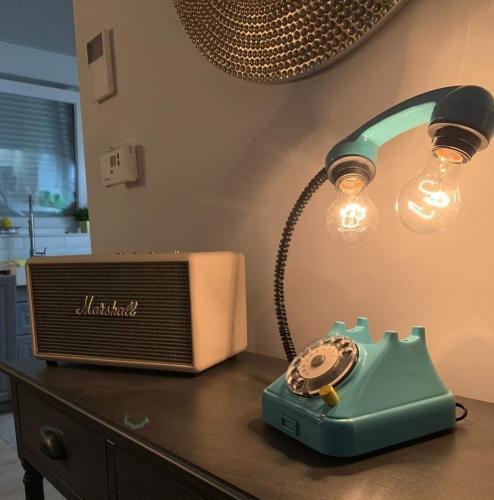 svjetiljka-plavi-telefon-domnakvadrat