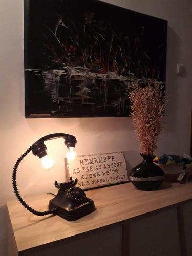 svjetiljka-crni-telefon-domnakvadrat