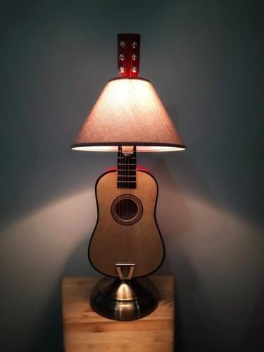 svjetiljka-gitara-domnakvadrat