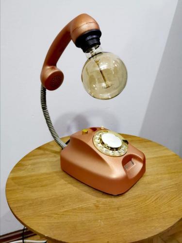 svjetiljka-narančasti-telefon-domnakvadrat