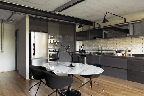 kuhinja-siva-visoki-sjaj-potkrovlje-brazil-domnakvadrat