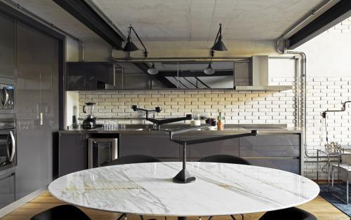 siva-kuhinja-sjaj-industrijski-stil-potkrovlje-brazil-domnakvadrat