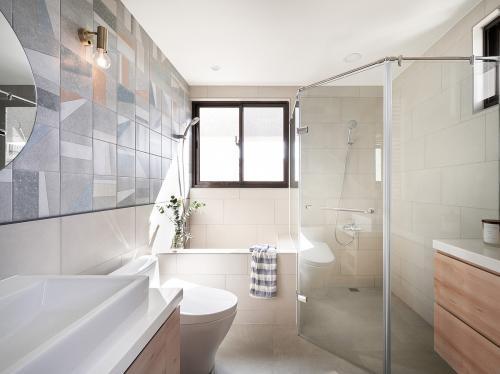 kupaonica-bijele-pločice-stan-tajvan-domnakvadrat