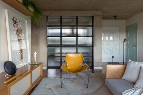 dnevni-boravak-žuta-fotelja-stan-brazil-domnakvadrat