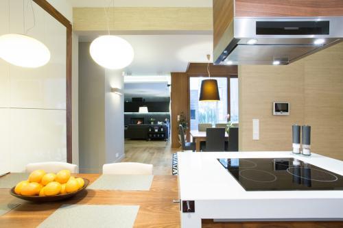 smeđi-bijeli-tonovi-kuhinja-domnakvadrat