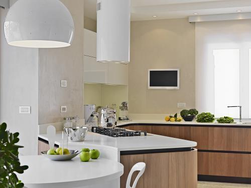 kuhinja-bijela-smeđa-crna-domnakvadrat