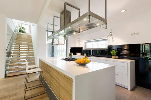 moderna-kuhinja-stubište-otvoreni-prostor-domnakvadrat