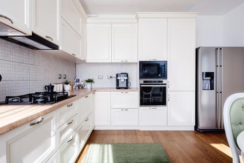 bijela-kuhinja-zeleni-tepih-domnakvadrat
