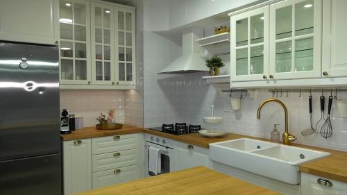 uređenje-kuhinje-moderan-stan-domnakvadrat
