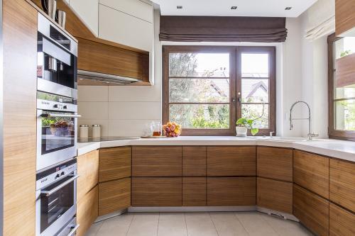 kuhinjja-smeđe-bijela-prozor-domnakvadrat